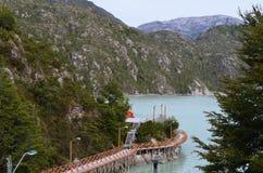 Caleta Tortel, en mycket liten kust- liten by som lokaliseras i mitt av Aysen Southern Chileâ €™sfjordar Arkivfoto