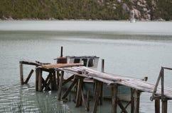 Caleta Tortel, en mycket liten kust- liten by som lokaliseras i mitt av Aysen Southern Chileâ €™sfjordar Royaltyfri Foto