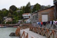 Caleta Tortel, en mycket liten kust- liten by som lokaliseras i mitt av Aysen Southern Chileâ €™sfjordar Royaltyfria Foton