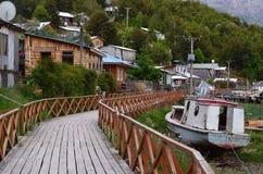 Caleta Tortel, en mycket liten kust- liten by som lokaliseras i mitt av Aysen Southern Chileâ €™sfjordar Royaltyfri Bild