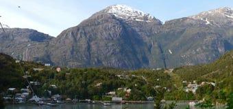 Caleta Tortel, en mycket liten kust- liten by som lokaliseras i mitt av Aysen Southern Chileâ €™sfjordar Arkivbilder
