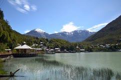 Caleta Tortel, uma aldeola litoral minúscula situada no meio dos fiordes dos €™s de Aysen Southern Chileâ imagem de stock royalty free