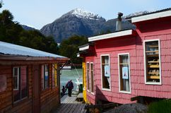 Caleta Tortel, uma aldeola litoral minúscula situada no meio dos fiordes dos €™s de Aysen Southern Chileâ fotos de stock