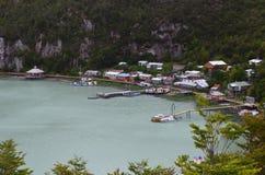 Caleta Tortel, un villaggio costiero minuscolo situato nel mezzo dei fiordi dei €™s di Aysen Southern Chileâ Immagini Stock Libere da Diritti