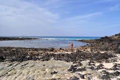 caleton在西班牙用增白剂擦在兰萨罗特岛加那利群岛上的海滩视图 免版税库存照片