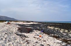 caleton在西班牙用增白剂擦在兰萨罗特岛加那利群岛上的海滩视图 免版税库存图片
