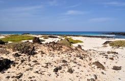 caleton άποψη παραλιών blanco σχετικά με το Κανάριο νησί Lanzarote στην Ισπανία Στοκ Φωτογραφίες