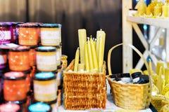 Calez avec des bougies de cire au marché de Noël de Vilnius Photo stock