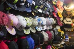 Calez avec des casquettes de baseball sur le marché de nuit de Hua Hin, Thaïlande photo libre de droits