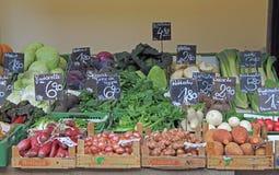 Calez avec des légumes sur le marché en plein air à Vienne, Autriche Image libre de droits