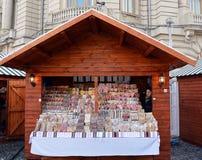 Calez en vendant des bonbons à un marché de Bucarest, Roumanie Photos libres de droits