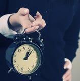 Calez le concept. Horloge de femme d'affaires Image stock