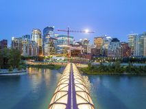 Calgary śródmieście z iluminated pokoju mostem, Alberta, Kanada zdjęcie stock