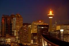 CALGARY, ALBERTA, CANADÁ - 18 DE ENERO DE 2010: La torre icónica de Calgary en Calgary céntrica, Alberta con ella es llama enc imagen de archivo libre de regalías