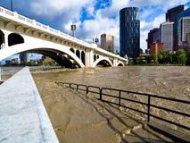 Calgary-Bogenflussflut 2013 unter Brücke Lizenzfreie Stockfotos