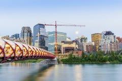 Calgary céntrica con el puente de la paz y los edificios de oficinas fotografía de archivo libre de regalías