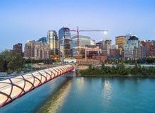 Calgary céntrica con el puente iluminated de la paz, Alberta, Canadá imagen de archivo