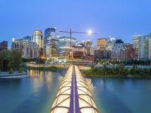 Calgary céntrica con el puente iluminated de la paz, Alberta, Canadá foto de archivo