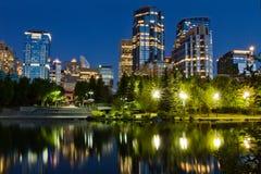 Calgary céntrica en la noche foto de archivo