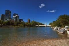 Calgary Cityscape från princes Ö Parkera Arkivbild