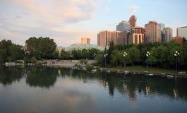 Calgary im Stadtzentrum gelegen am Abend Stockbilder