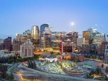 Calgary im Stadtzentrum gelegen am Abend, Alberta, Kanada lizenzfreies stockfoto