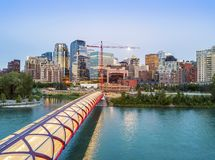 Calgary im Stadtzentrum gelegen mit iluminated Friedensbrücke, Alberta, Kanada lizenzfreie stockfotos