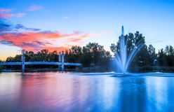 Calgary ` s fontanna przy kolor chmurami Fotografia Stock