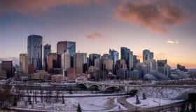 Calgary ` s linia horyzontu przy zmierzchem obraz stock