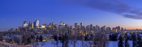 Calgary-` s Skyline bei Sonnenuntergang Stockfotografie