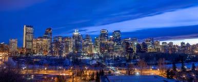 Calgary-Skyline nachts mit Bogen-Fluss Stockfotografie