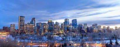 Calgary-Skyline nachts mit Bogen-Fluss Lizenzfreies Stockfoto