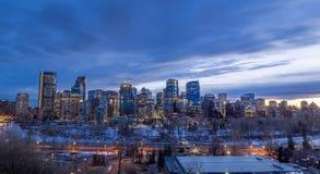 Calgary-Skyline nachts mit Bogen-Fluss Stockfoto