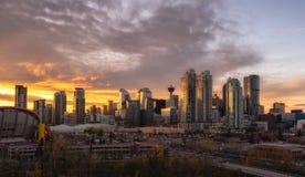 Calgary-Skyline am Sonnenuntergang lizenzfreie stockfotos