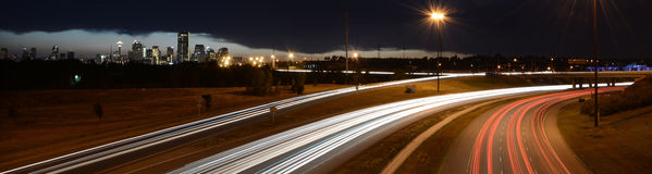 Calgary-Skyline und -autobahn Stockbilder