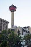 Calgary torn i i stadens centrum Calgary Arkivbild