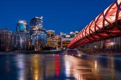 Calgarys Friedensbrücke und -Skyline nachts Stockbilder