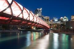 Calgarys Friedensbrücke und -Skyline nachts Lizenzfreies Stockbild