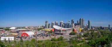 Calgarys horisont med Scotiabanken Saddledome Royaltyfri Bild