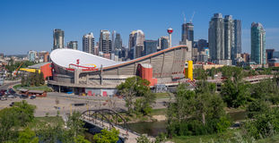 Calgarys horisont med Scotiabanken Saddledome i förgrunden Royaltyfria Foton