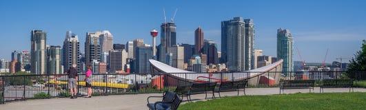 Calgarys Skyline mit dem Scotiabank Saddledome Lizenzfreie Stockfotos