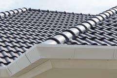 Calha branca na parte superior do telhado Fotos de Stock