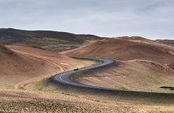 Calha Curvy da estrada um a área vulcanic imagens de stock
