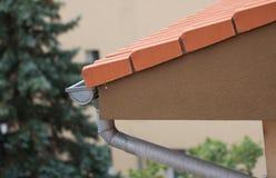 Calha da chuva no telhado imagem de stock