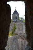 Calha da igreja de Bourdeilles uma fenda do castelo imagem de stock royalty free