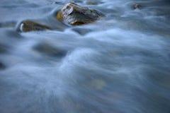 Calha do volume de água as pedras Fotos de Stock