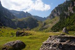 Calha glacial no vale de Malaiesti das montanhas de Bucegi Fotos de Stock Royalty Free