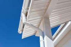 Calha nova da chuva em uma casa contra o céu azul Fotografia de Stock Royalty Free
