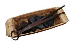 Calha, pedras e tenazes de brasa de madeira velhos Fotos de Stock Royalty Free