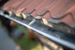 Calha que drena a água da chuva A construção é equipada com o drainag fotos de stock